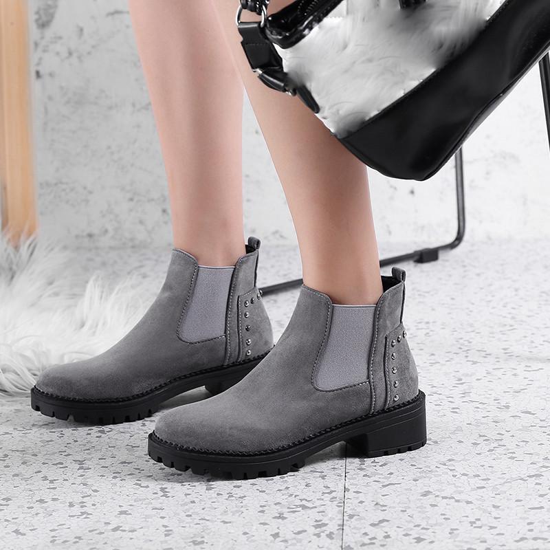 Acquista 2019 Moda Retro Delle Donne Rivetti Botas De Mujer Piel Tacco  Basso Antiscivolo Scarpe Punta Rotonda Stivaletti Zapatos De Mujer   81 A   35.52 Dal ... c0036f5d0ec