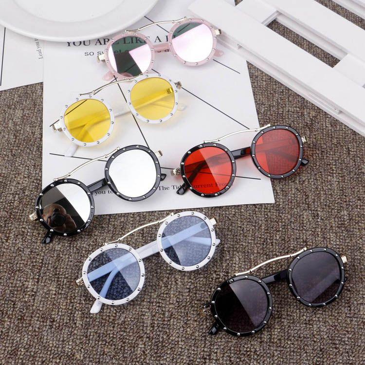 08ae89eb5c Compre Verano Nuevos Niños Playa Bloqueador Solar Moda Niños Remache Gafas  De Sol Estilo Vintage Niños Redondos Deslumbrar Color Uv 400 Gafas De Sol  Niños ...