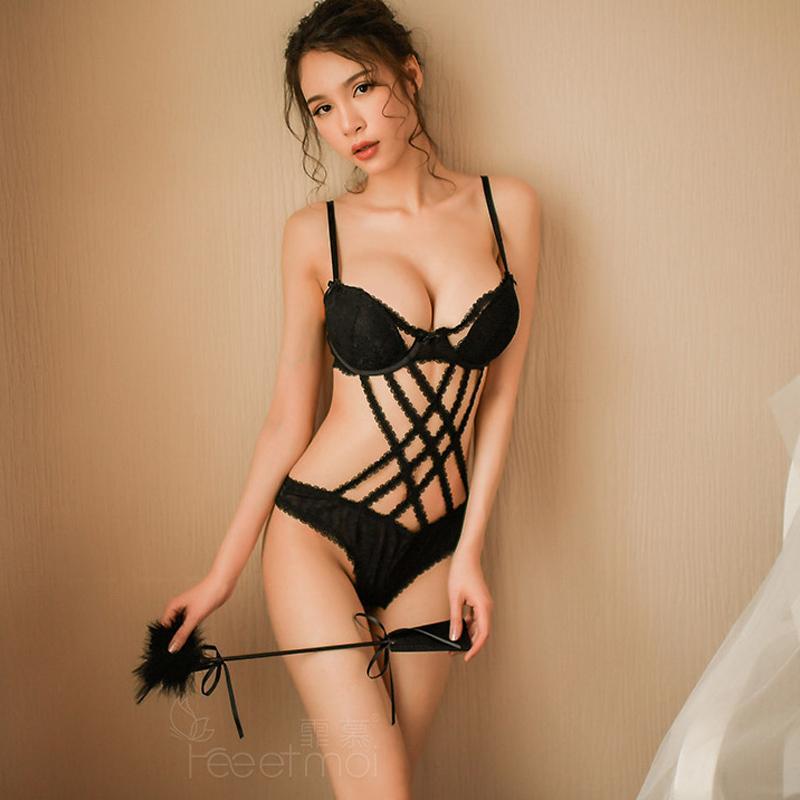 80a894f24e2 Compre Lace Bow Oco Out Lingerie Sexy Hot Frente Cruzada Strap Bodysuit  Mulheres Virilha Aberta Com Decote Em V Sexy Bodysuit Lingerie Feminina  Erótica De ...