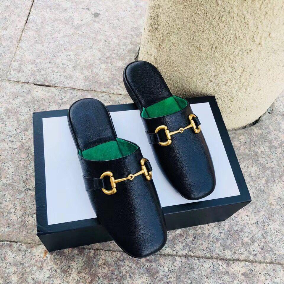 Baotou Frauen Hausschuhe Mode Strand Flache faule Hausschuhe 100% Weiche Leder Metall Dame One Word Hausschuhe Buchstaben Faule Frau Schuhe Größe 34-41-42