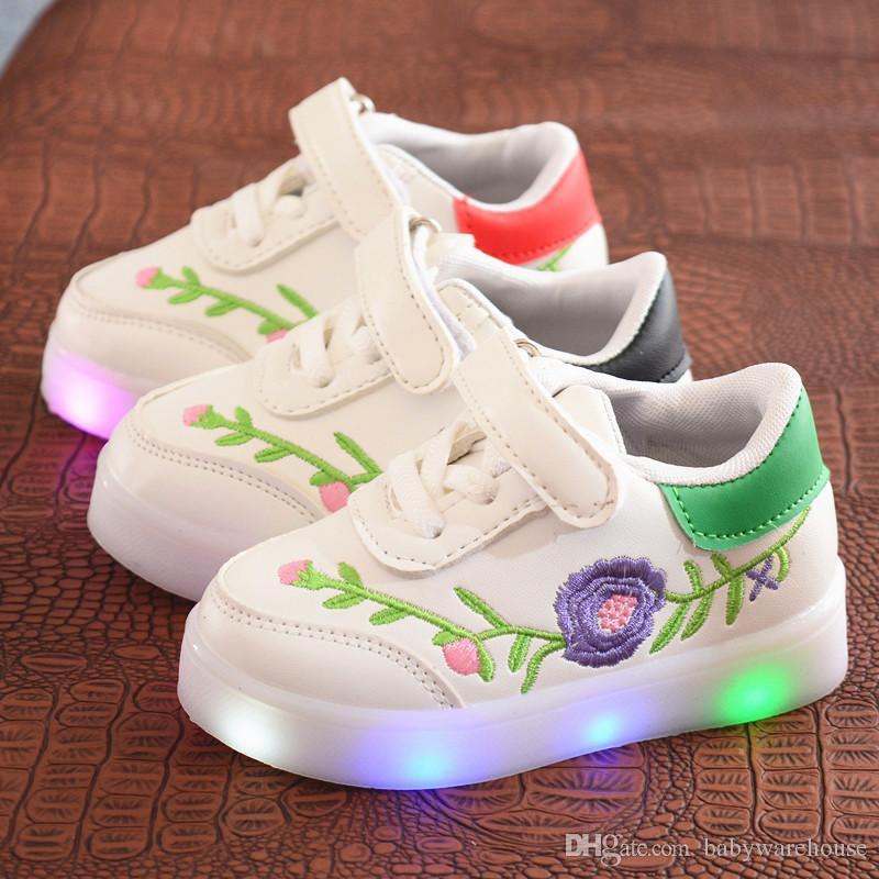 d178a1b6c Compre Zapatos Para Niños Recién Nacidos Zapatillas De Deporte Primavera  Otoño Bebé Moda Deporte Zapatillas De Deporte Luz LED Suave Suave Suela  Cómodo ...