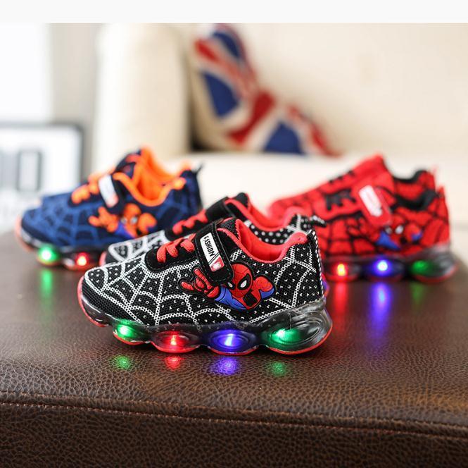 924ba45cd Compre Moda Hombre Araña Zapatos Para Niños Con Cojín De Aire Ligero Que  Humedece A Los Niños Zapatillas De Deporte Luminosas Niño Niña Llevó Zapatos  ...