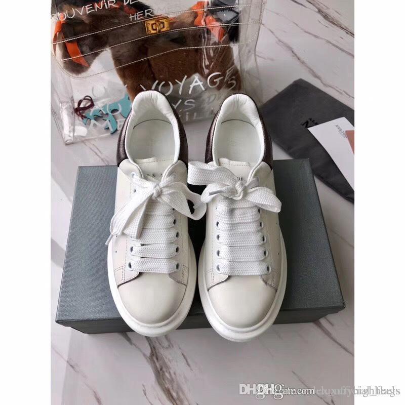 94b596eac Compre 2018Bordo Listra Prende Cinto Pequeno Sapato Branco Placa Sapato  Padrão De Amantes De Homens E Mulheres Vogue Joker Esportes Aumentar Sh  Lazer De ...
