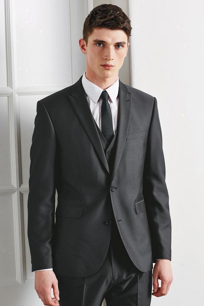 Custom Made Two Buttons Gris Tuxedos Groom Peak Lapel Groomsmen Hommes Mariage Smokings Dîner Costumes De Bal Jacket + Pantalon + Gilet + Cravate -q121
