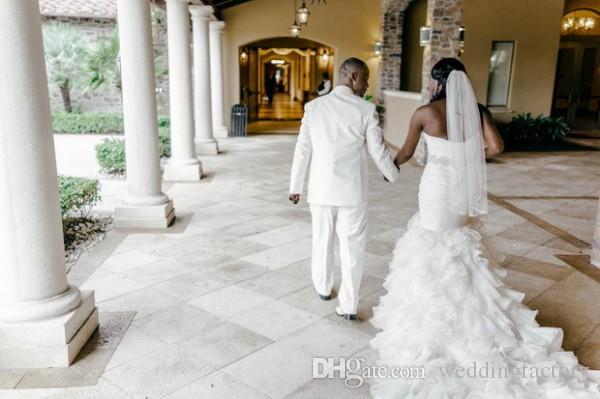 Meerjungfrau Langer Zug Hochzeitskleid Schatzausschnitt Sleeveless Ruvely Rüschen Schnürung Rücken Brautkleider mit Kristallgurt
