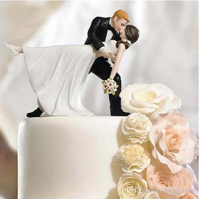 素敵なウエディングケーキの装飾ホワイトとブラックの花嫁と花婿のカップルフィギュアトッパークラシックキスハグ格安送料無料