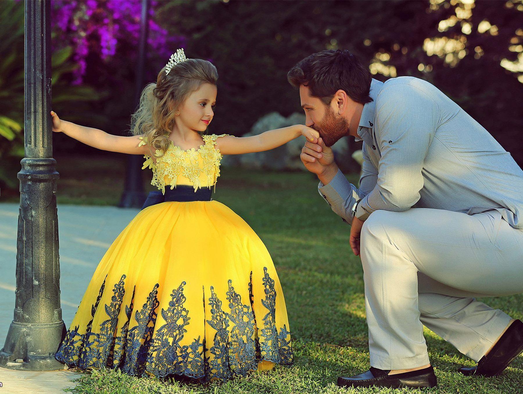 Vestido de bola amarilla de moda para niña para niños pequeños vestidos con encaje negro apliques de boda de la boda, vestido de fiesta de fiesta de fiesta