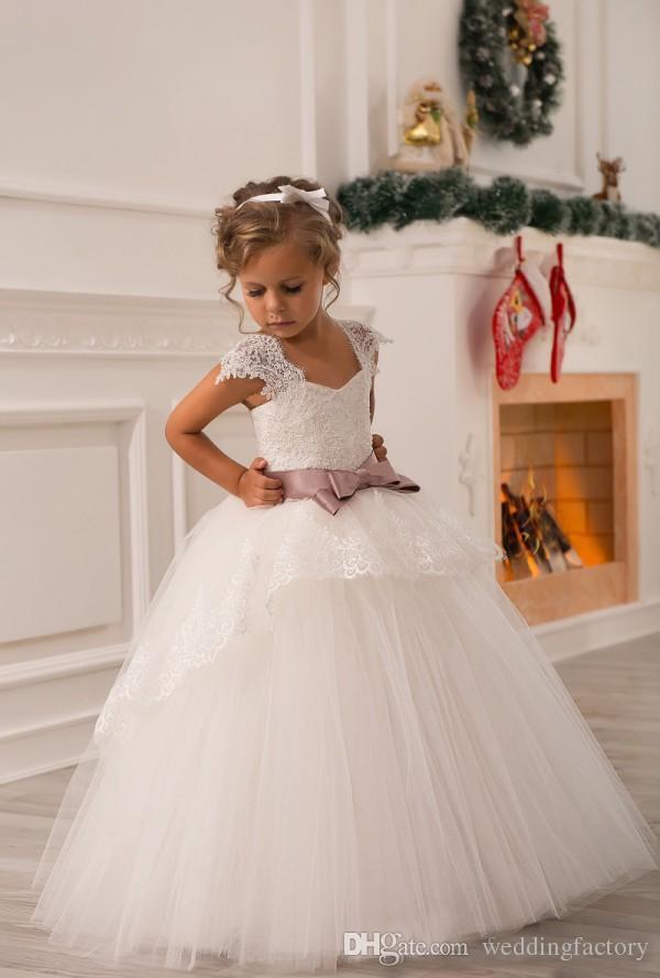 Heißer Verkauf Prinzessin Blumenmädchen Kleid Nach Maß Tüll Blumenmädchen Kleider Kinder Hochzeit Party Kleider mit Flügelärmeln Bogen Schärpe