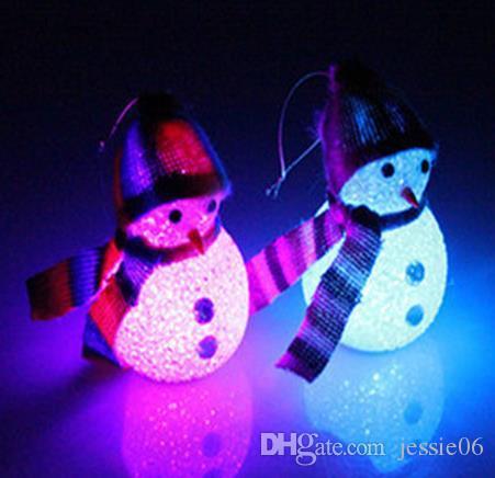 Flash LED muñeco de nieve + gorro bufandas decoraciones de Navidad colgantes ornamento del árbol de navidad celebración de la fiesta de la fiesta accesorios de dibujos animados niños muñecos de juguete regalo