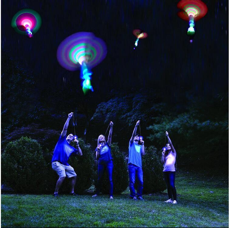 Space UFO LED Light Natale Halloween Flash Toys LED Arrow Elicottero LED Amazing Arrow Flying Helicopter Ombrello paracadute bambini Giocattoli