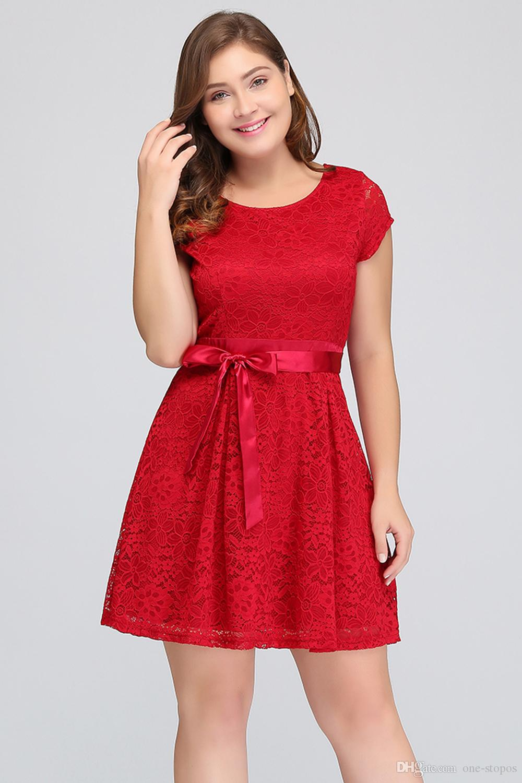 Abiti corti Plus Homecoming 2018 Red Lace Junior abito da damigella d'onore Jewel Neckline Maniche corte Cocktail Party Abiti CPS627