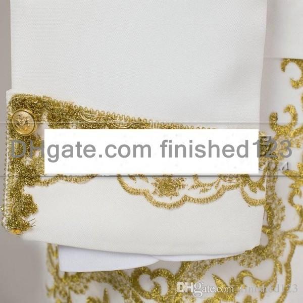 Yeni Varış Damat Smokin Beyaz Altın Nakış Ile erkek Takım Elbise Groomsmen Mens Düğün Balo Suits Ceket + Pantolon + Yelek G1070