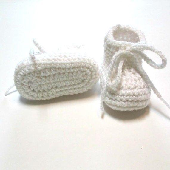 Weiße Babyschuhe. Gehäkelte Babyschuhe für Taufe oder Taufe. Auf Bestellung. 0-3 Monate unisex Baby Booties.0-24M Baumwollgarn