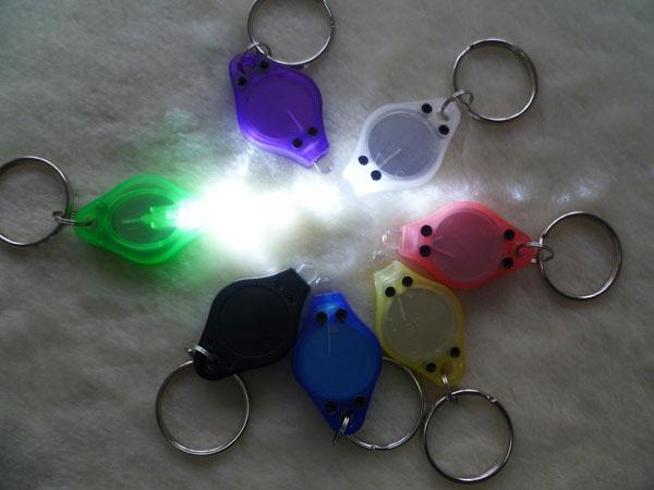 7 färger LED LIGHT MINI Keychain Light 22000MCD ficklampa elektrisk fackla med nyckelring vit färgljus