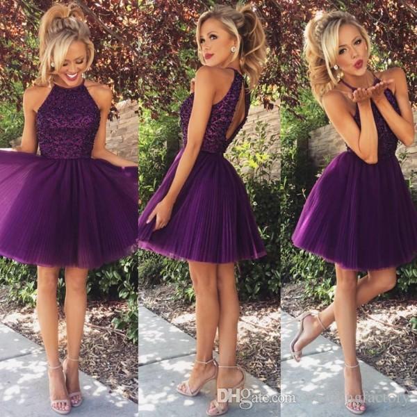 Lyxig Kort Cocktail Klänningar En Linje Halter Neck Ärmlös Utsökt Beaded Top Purple Keyhole Back Pläted Kjol Mini Prom Party Gowns