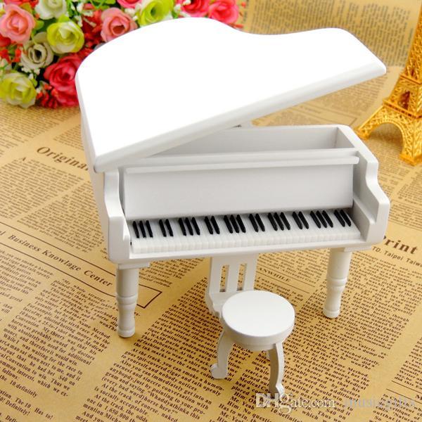 Белые деревянные коробки нот рояля с городом неба
