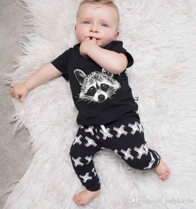 Детская одежда набор 2018 Лето горячие продажа МОДА СТИЛЬ мультфильм печатных футболка + брюки мальчиков 2 шт. Набор детей Casul костюм Fit 0-3age 70-100 T1786