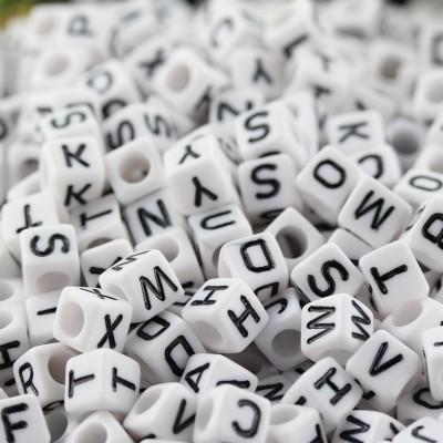 블랙 편지 무료 배송 1000 개 혼합 된 알파벳 / 문자 아크릴 큐브 비즈 6 × 6 mm 흰색