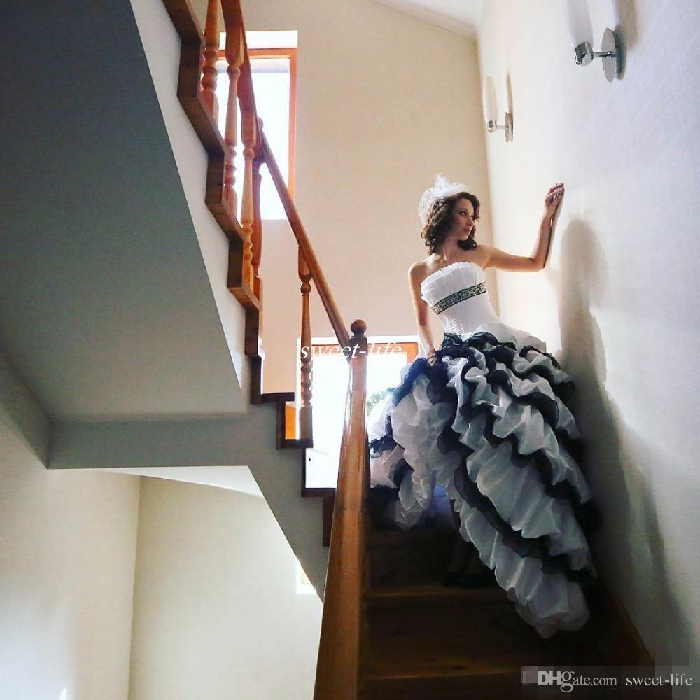Robes de mariée noires et blanches gothiques victoriennes 2020 robe de bal bustier à volants Corset perlé pas cher Vintage Robes de mariée sur mesure