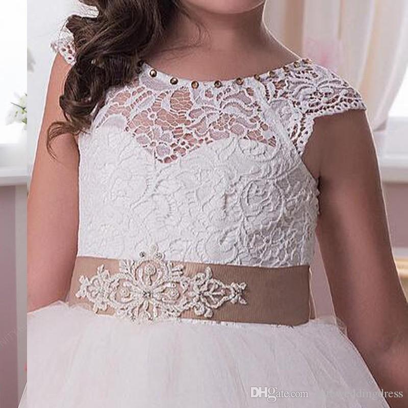 Dentelle Fille De Fleur Robes Princesse Blanc Champagne Ruban Garniture Noeud Illusion Décolleté Boutons Couverts Retour Custom Made Pageant Robes