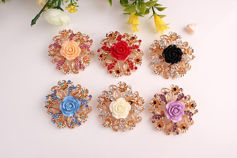 Nueva marca broches de flores chapado en oro Rhinestone Rose Broches para mujeres decoración del vestido de boda joyería