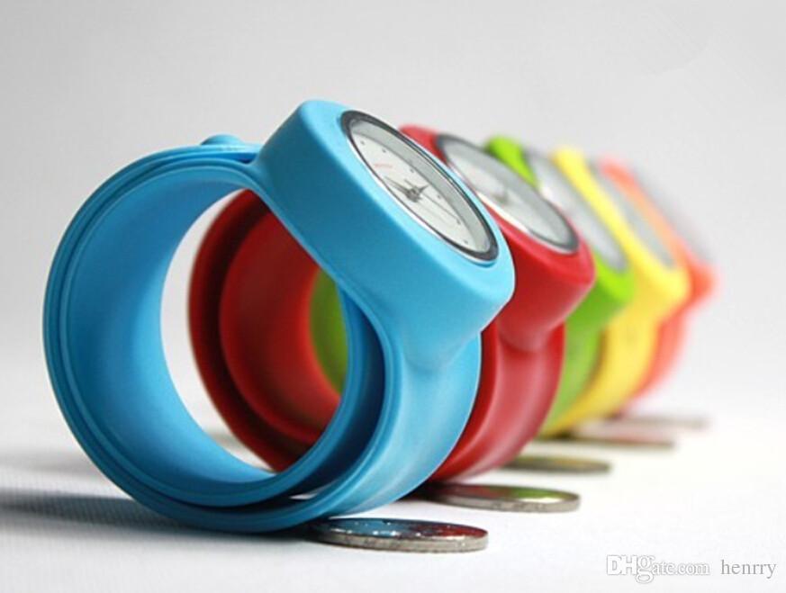 ボリュームシリコンリングポップスを見ると子供たちと青年が楽しい時計、ファッションクォーツ時計多色
