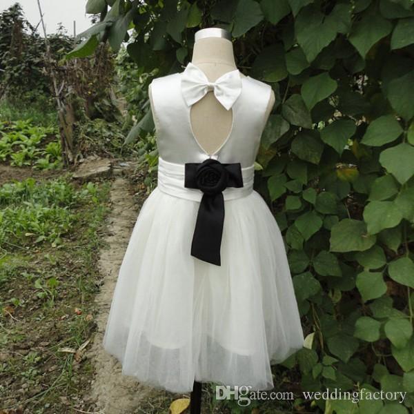 Skräddarsydd blomma flicka klänningar vit och svart en linje juvel nacke ärmlös ruched sash handgjorda blomma formella klänningar för barn