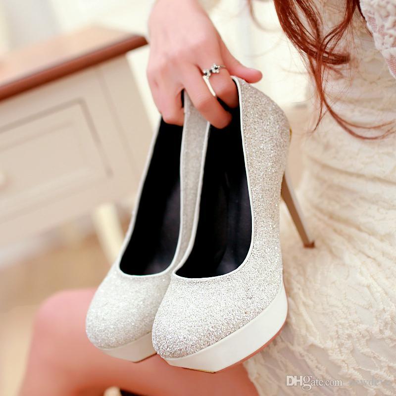 Las mujeres chispeantes atractivas impermeabilizan el club nocturno de la plataforma Los zapatos de tacón alto de las señoras de la manera visten los zapatos ocasionales formales blancos azules disponibles
