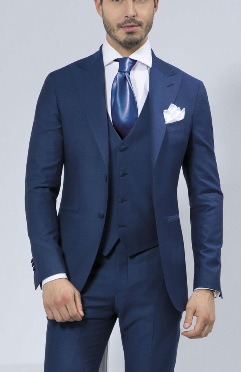 Men's Suits Buying Guide. Men's Suits Buying Guide from disborunmaba.ga Every man should own at least one great suit. This guide will help you know what to look for, so you can determine which suits are right for you.