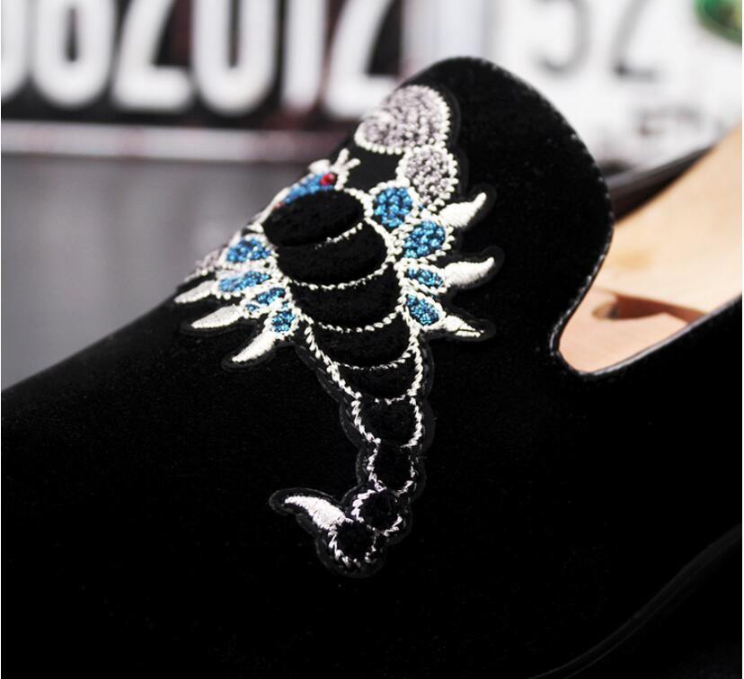 Novo 2018 mens moda veludo mocassins apontou toe deslizamento em sapatos casuais planas mocassins condução sapatos azul preto preto tamanho 38-43 AXX607