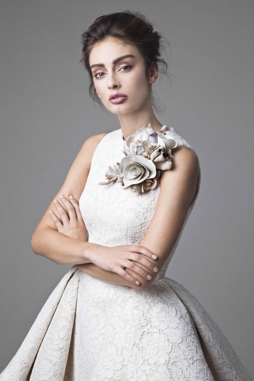 كريكور Jabotian فساتين زفاف جوهرة الرباط يزين أكمام عالية منخفضة أثواب الزفاف قصيرة ألف خط شاطئ فستان الزفاف مع زهرة