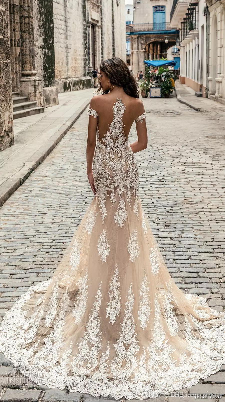 샴페인 줄리 VINo 웨딩 드레스 2020 떨어진 어깨 깊숙이 깊은 냄비 넥 라인 신부 가운 스윕 기차 레이스 웨딩 드레스 맞춤 제작