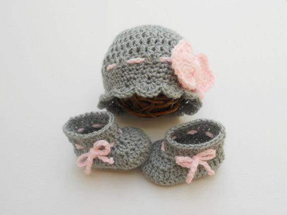 crochet Baby hat and booties set / Baby Outfit / Grey / Pink / Bow beanie Baby Girl Outfit photography prop Crochet baby shoe0-12M customer