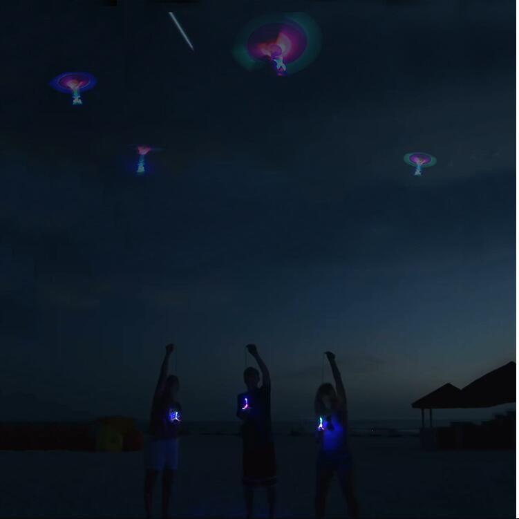Incredibile LED Luce Freccia Razzo Elicottero Rotante Giocattoli volanti Divertimento bambini Giocattolo esterno lampeggiante Volare Freccia