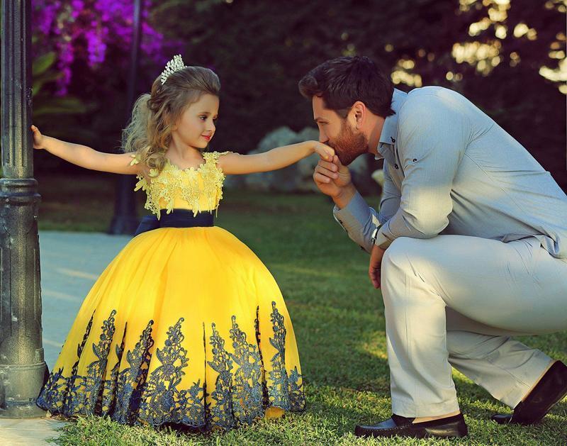 2015 Lace gialle delle ragazze di fiore abiti di sfera gonfia gonna Appliques Bow pavimento-lunghezza Little Girls Pageant Dresses Flower Girl Dresses di