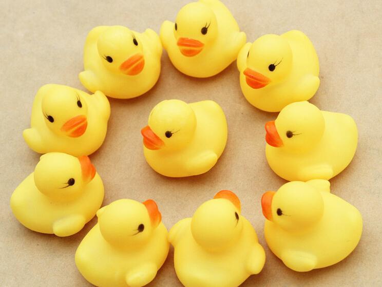 Sıcak Satış 20 adet / grup 4x4 cm Sevimli Bebek Kız Erkek Banyo Banyo Klasik Oyuncaklar Kauçuk Yarış Squeaky Ördekler Sarı