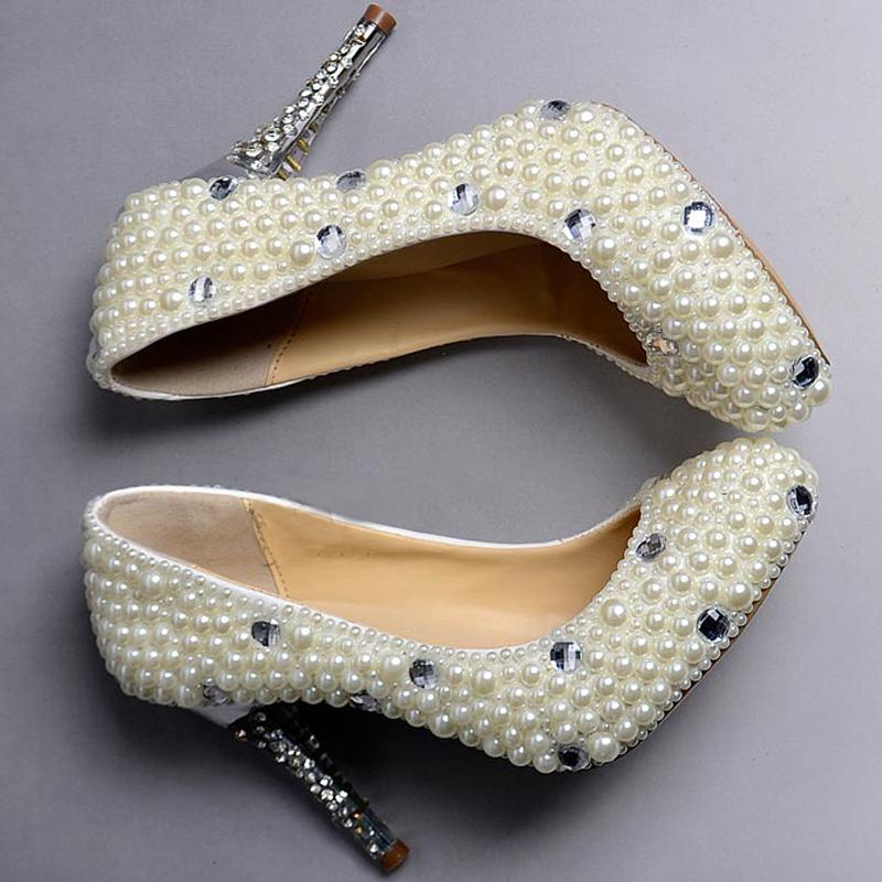 Scarpe da sposa eleganti di alta moda con tacco a spillo ultra alto e perle bianche da sposa fatte a mano