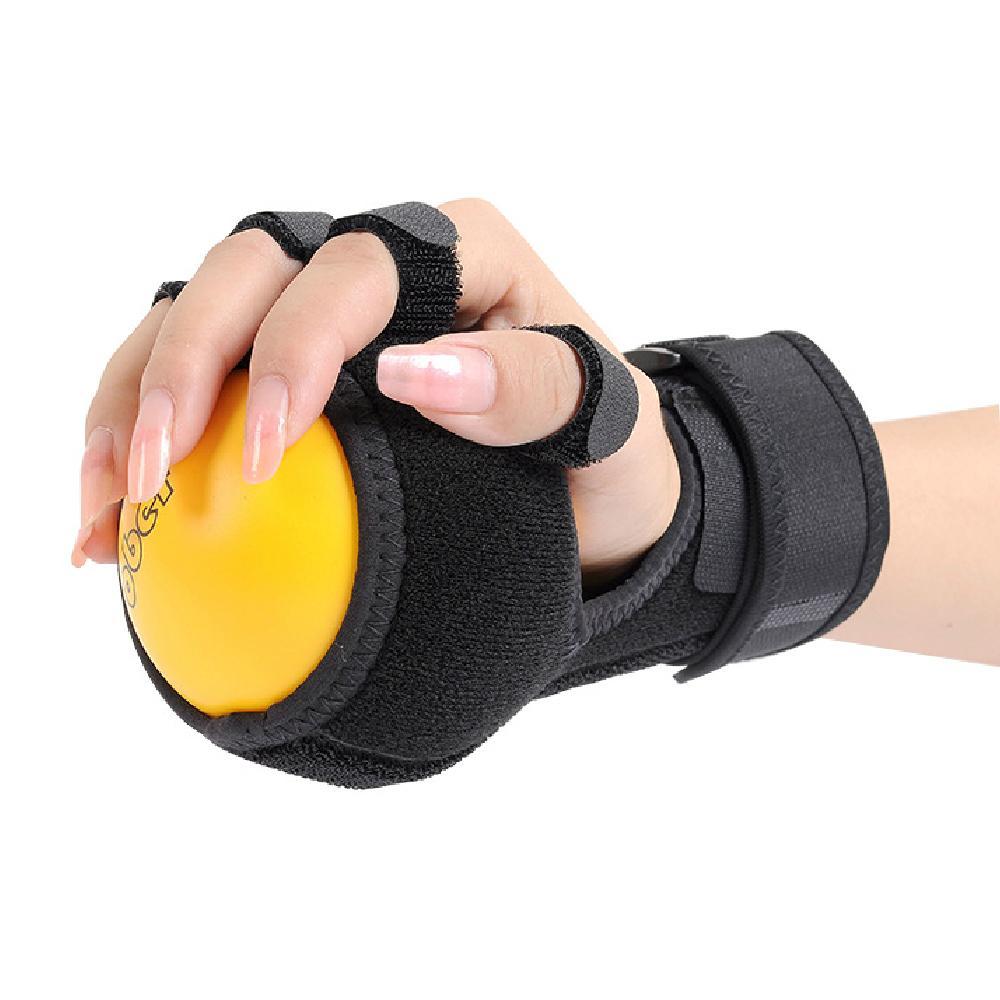 Exercice de rééducation de la main de la balle avec une attelle fonctionnelle anti-spasticité balle attelle à la main