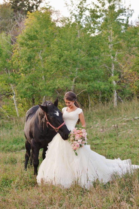 Bottes de cow-boy modestes robes de mariée de pays avec mancherons 2019 col en V à volants jupe à volants une ligne dentelle organza robes de mariée pas cher