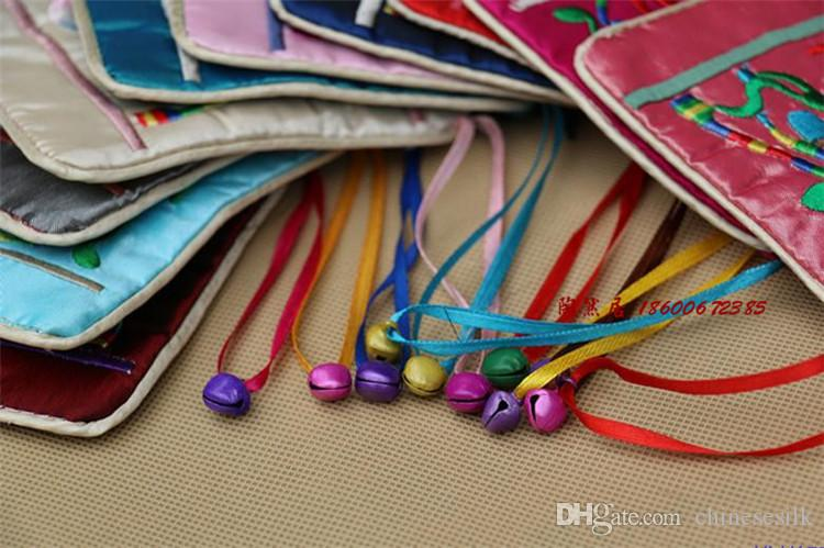 Bells Bordado Cetim Zip Bolsa Chinesa Estilo Embalagem De Embalagem De Gift Bolsas De Moeda Bolsa Pulseira Pulseira Colar De Armazenamento 15.5x11.5cm