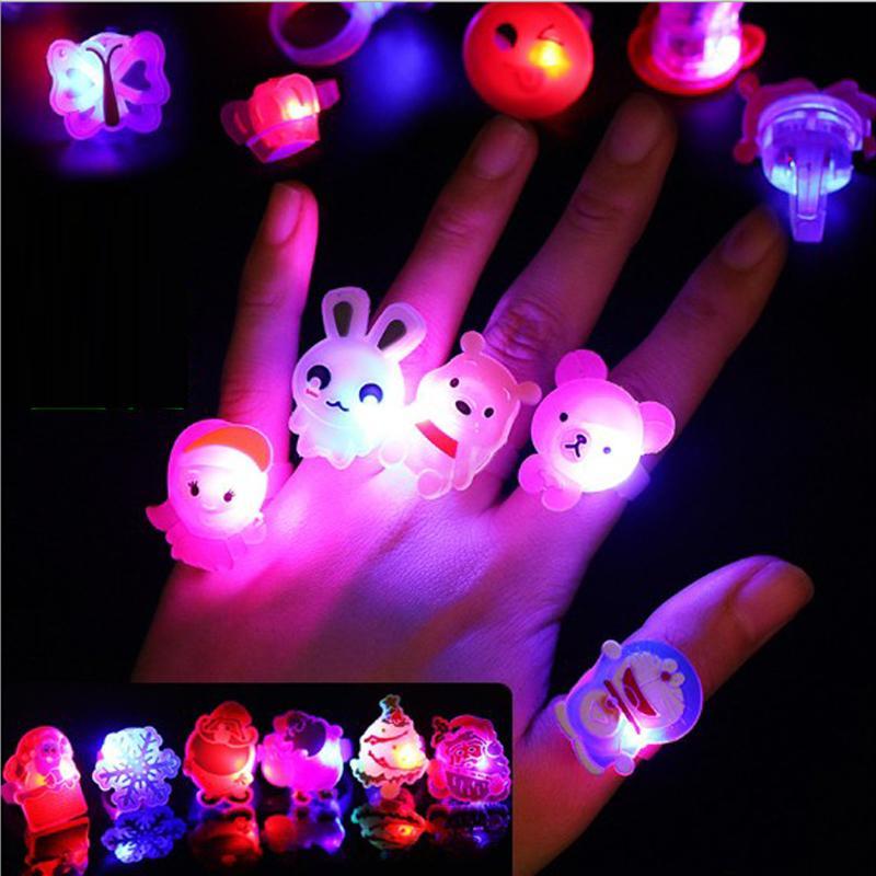 Anillos de centelleo de dibujos animados 50 unids con caja de presentación intermitente LED luz resplandor anillo de juguete para la fiesta infantil de Navidad de Halloween regalo