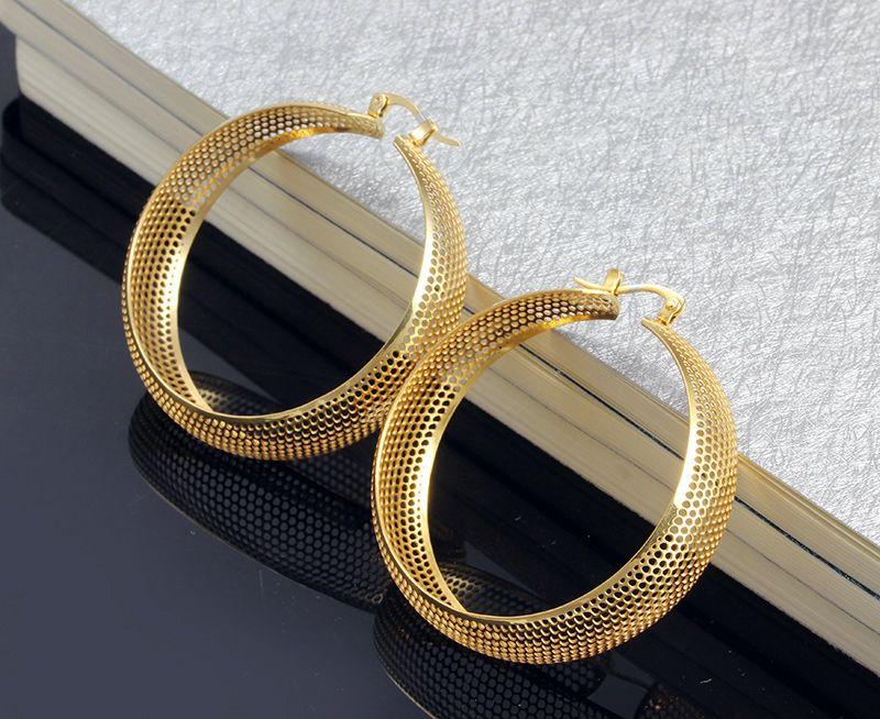 Marka Yeni tasarım Sokak Stili Yüksek Kalite 316L Paslanmaz Çelik Altın Yuvarlak Işık hollow Hoop Küpe kadın İyi Hediyeler Için Ücretsiz Kargo