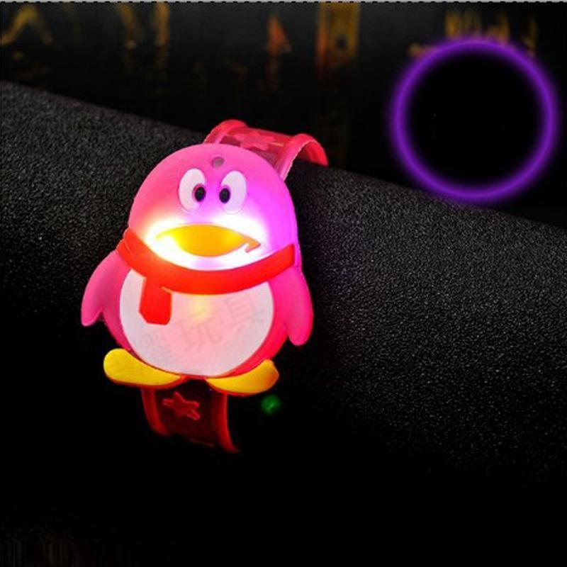 Cartoon LED Night Light Party Decorazione natalizia LED colorato Orologio Toy Boys Girls Flash Wrist Band Glow Braccialetti luminosi