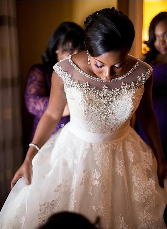 Cristal Frisado Colher Pescoço 2016 Vestidos de Casamento Rendas Tribunal Trem Uma Linha de Vestido de Noiva com Apliques Cobertos Botão Sheer Voltar Vestidos De Casamento