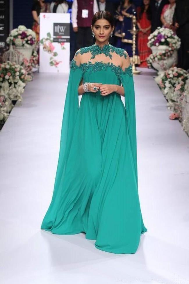 2016 Vestidos Formais Chiffon Verde Esmeralda Aberto Sem Encosto Árabe À Noite Vestidos de Baile Uma Linha Cap Mangas Vestidos de Festa de Casamento Custom Made