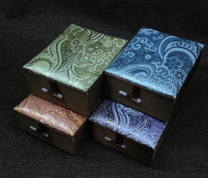 المعلقات جميلة قلادة علب الهدايا نسيج الحرير حالة مجوهرات التخزين / مزج اللون نمط شحن مجاني
