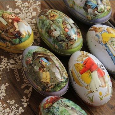 Ostereier mit Kaninchen- und Hühnermuster-Eierkarton für Süßigkeiten und Schokolade /