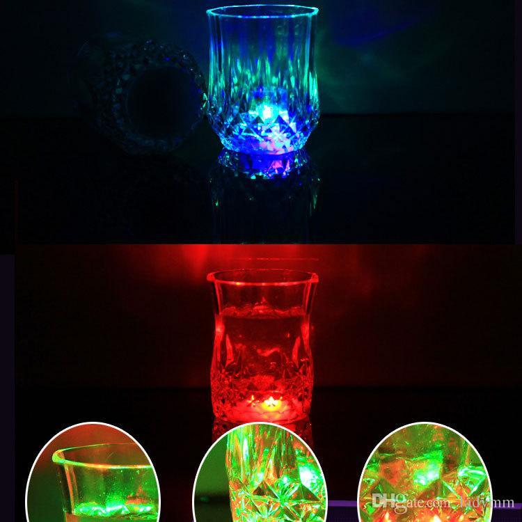 24 sztuk / partia LED Party Picie okularów Drinkware Miga Małe LED Shot Cup Flashing Cola Cups Paski Dostawy