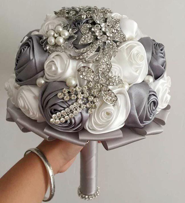 Romantische weiße und graue Brautsträuße mit handgemachten Kristallrhinestone-Perlen bezaubernde Hochzeitsblumen mit Band-preiswerten Hochzeits-Bevorzugungen