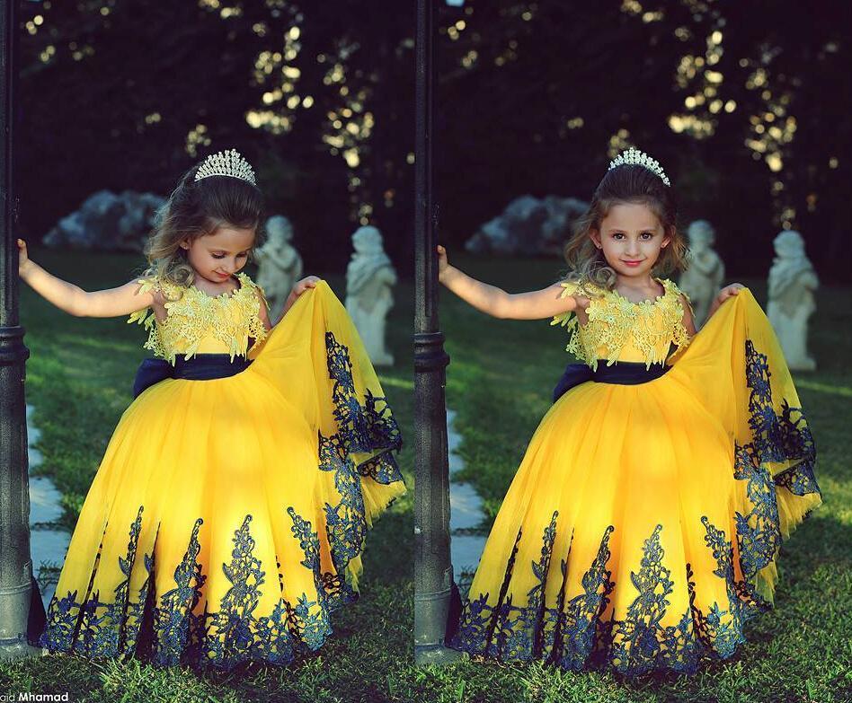 FashionYellow Balo Kız Toddler Pageant elbise Ile 2018 Siyah Kanat Dantel Aplike Özel Düğün Çiçek Kız Balo Parti Abiye